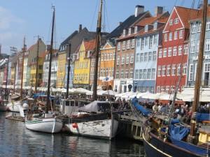 Le quartier du vieux port à Copenhague est très animé. Une petite bière sur la jetée ?