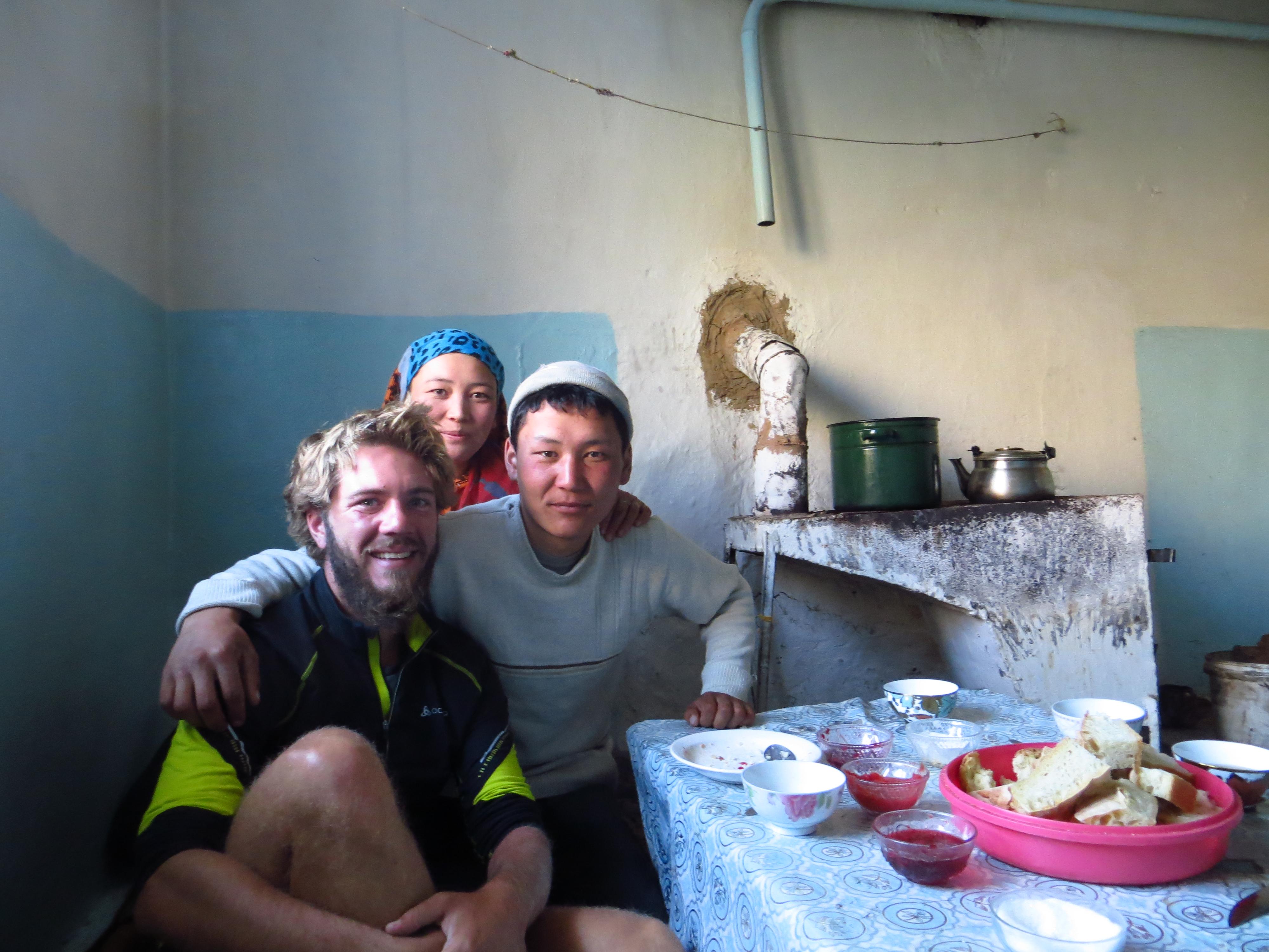 Coucou et sa soeur nous heberge une nuit dans la montagne Kyrgyze