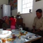 Bruma et son mari nous accepte dans leur maison a Kara-Suu, Kyrgyzstan et nous nourrisse de plof. Miam