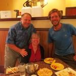 Amily et Robert invitent Clément au restaurant le lendemain d'une journée harassante.