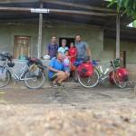 Cette gentille mamy nous reçoit alors que Jérémy vient de casser son axe de roue. Nous passons finalement la nuit sur la terrasse de sa petite maison à l'ouest du lac Nicaragua.