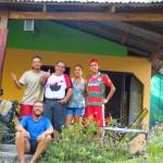 Carlos nous trouve sur le bord de la route, chacun en train de reparer une crevaison et nous invite illico chez lui a Nicoya ! Au top !!