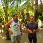 Manuel nous offre une machette qui nous permettra de nous gaver de noix coco...Super !
