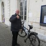 Avec Tonio à la gare de Chateaudun! Un grand merci ! Il nous a sorti d'un mauvais pas en prenant dans son utilitaire le vélo de Coco qui faisait triste mine avec son genoux cagneux !