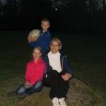 Catherina et ses enfants, Susan et Gabriel, partagent leur repas autour du feu avec nous