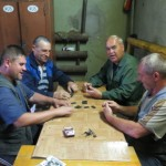 Les quatres larrons russes passent leur journee a jouer aux dominos !!