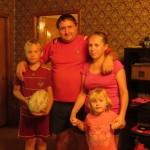 Pavel et sa famille nous accueille dans son jardin et nous nourrit ! Miam