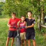 Trois gamins curieux nous prennent en photo en pleine session douche dans la riviere