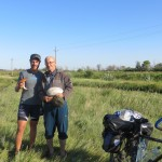 Un Papy sorti de nulle part nous offre cèpes et cerises le soir de notre premier jour au Kazakhstan! Improbable !!
