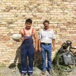 Attention, le desert Kazakh c'est dangereux !! Heureusement ces deux gars nous remplissent nos gourdes.