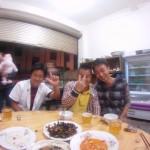 Ces trois gars ont ete tout simplement geniaux!! ils nous accueillent dans leur restaurant chinois et nous permettront de dormir dans un lit douillet alors que la pluie tombe dans le maussade Sichuan..