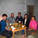 Liao nous trouve une place d'enfer dans un champ en Chine. La famille nous invite alors autour de leur table pour partager leur repas !!