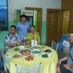 Nous arrivons le jour des 1 an du fiston de cette famille chinoise...En plus de nous permettre de poser la tente sous leur preau, ils nous invitent au repas!! Autant vous dire qu'on s'est rempli le bidon :)
