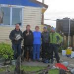 Nous sommes accueillis au pied leve par cette troupe alors que la Rain Coast de Nouvelle Zelande nous gratifie de sa pluie