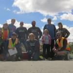La joyeuse troupe prepare une course en tre Haines Junction (Yukon) et Haines (Alaska). Ils nous offrent le dejeuner sur la route et un sympathique tee-shirt