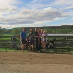 Roger, Lana et leurs enfant nous accueillent au pied leve, au detour d'un chemin en Colombie Britannique! Nous ferons meme un tour de quad dans leur propriete !