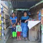 Ces dames nous accordent un coin d'herbe pour planter la tente le long du lac Atitlan, Guatemala.